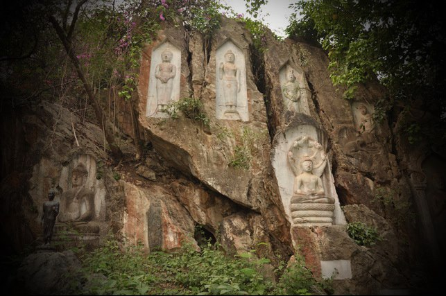 Carved Buddha images on the rock cliff